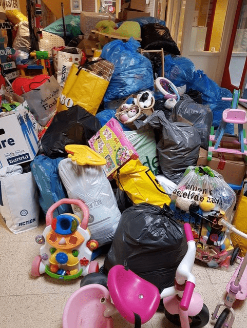 """Operatie Schoenendoos """"Kinderen verzamelen goederen voor Oost-Europa"""""""