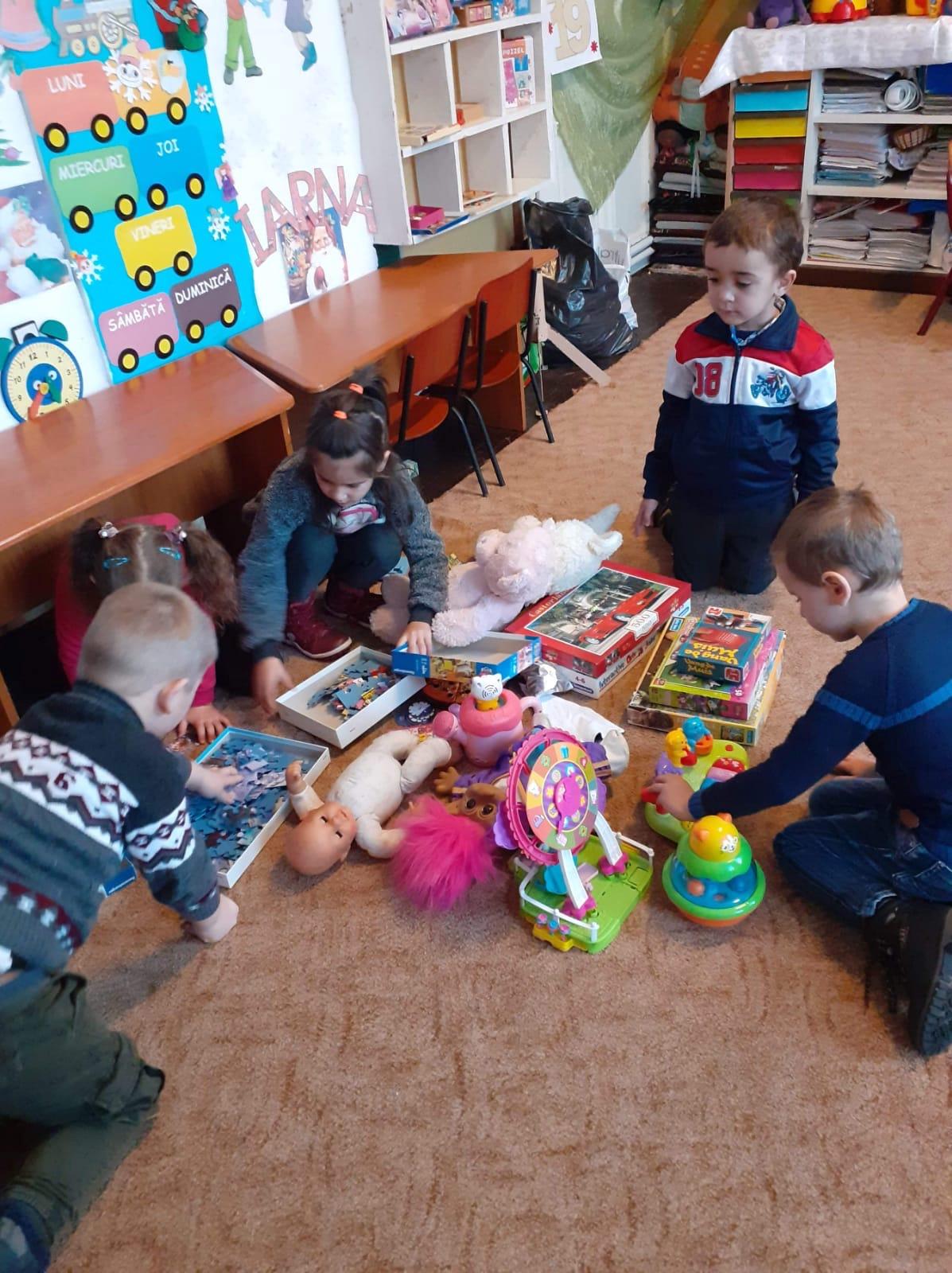 Speelgoed-wordt-geschonken_aan_arme-kinderen-uit-Roemenië.